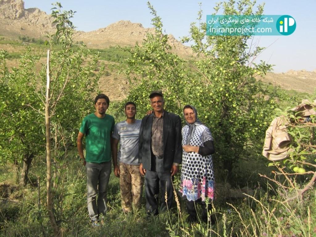 تصویر خانم رضایی به همراه خانواده در باغ سیب خانوادگی