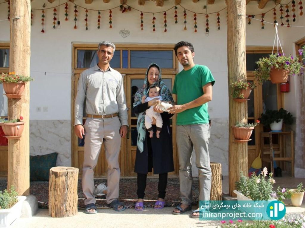 تصویری در کنار خانواده براتی در خانه بومگردی پلاسجان