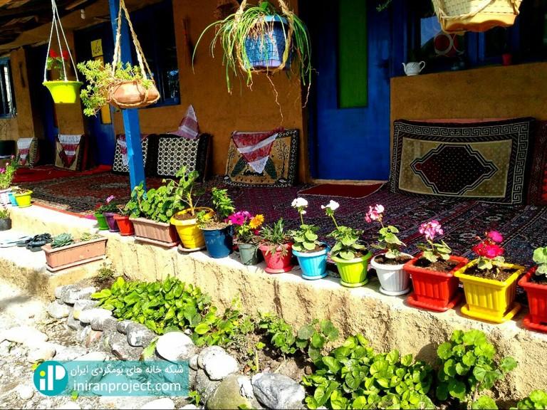 تصویری از ایوان و گلدان های خانه بومگردی دیلمای