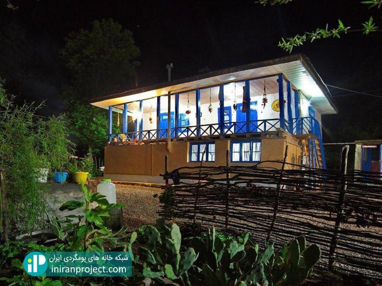 تصویری از نمای شب خانه بومگردی گالش کولام