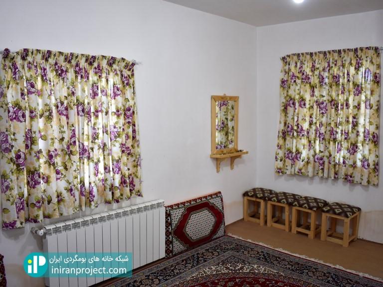 تصویری از نمای داخلی اتاق های خانه بومگردی تلارخانه بردبار
