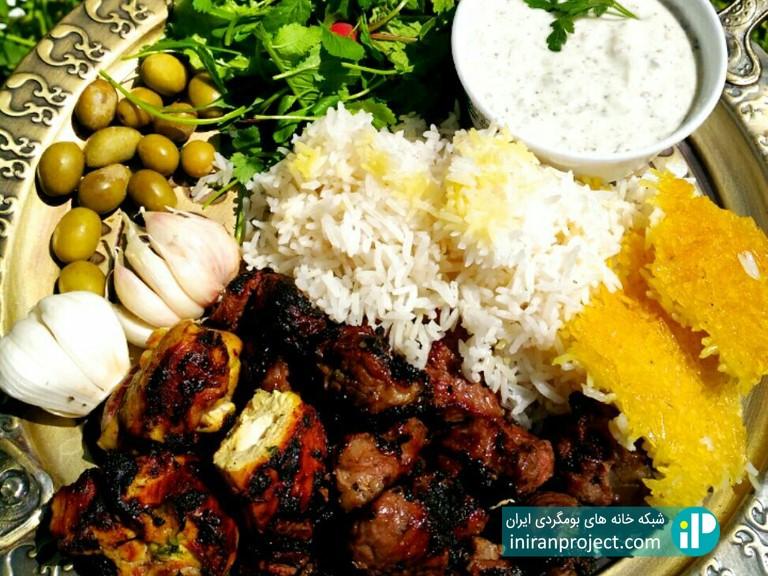 تصویری از غذای گیلانی تهیه شده در خانه بومگردی دیلمای