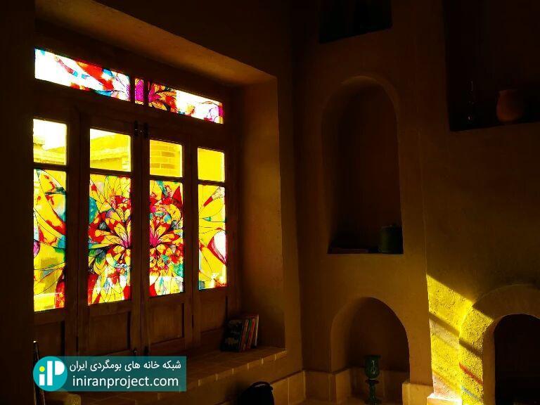 شیشه های رنگی خانه بومگردی عمارت پروین