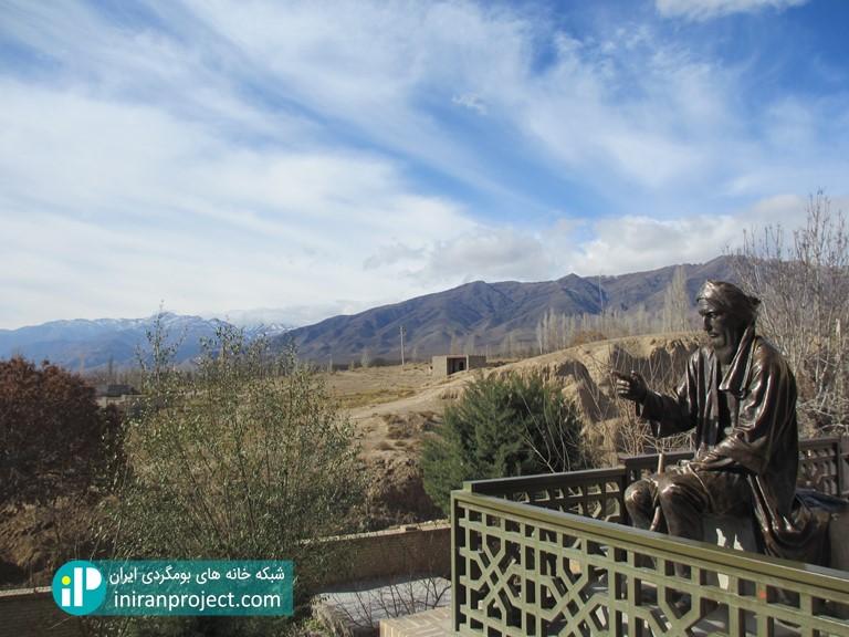 تندیس شیخ ابوالحسن خرقانی در کنار آرامگاه وی