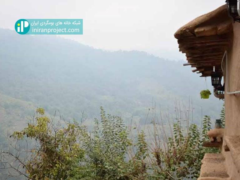 نمایی از خانه بومگردی ساسنگ به ارتفاعات اطراف