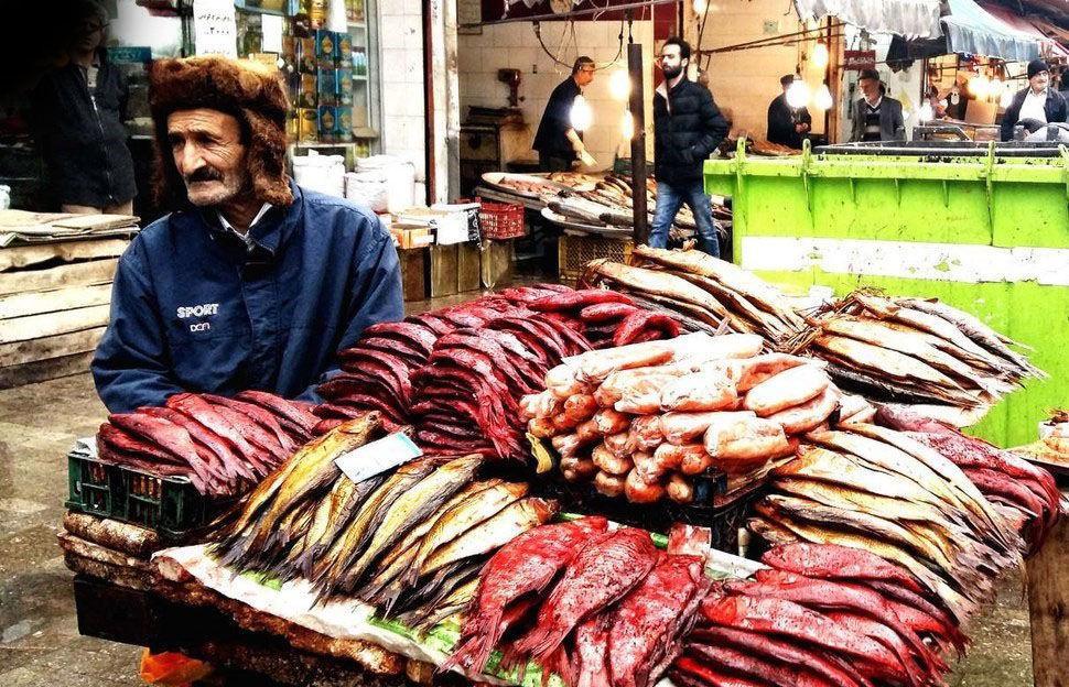 ماهی فروش بازار رشت