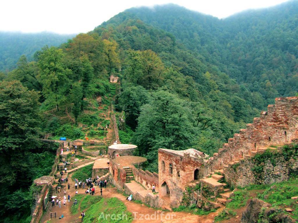 نمایی از قلعه رودخان در دل جنگل های فومن