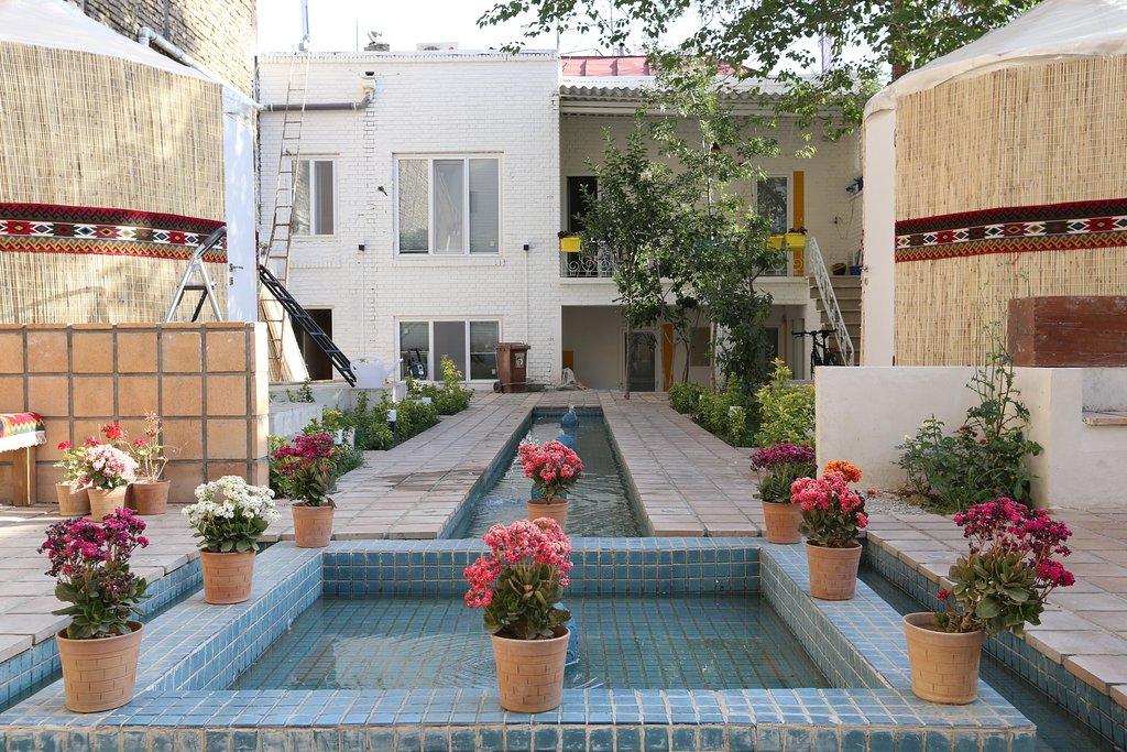 حیاط Theran Heritage Hostel